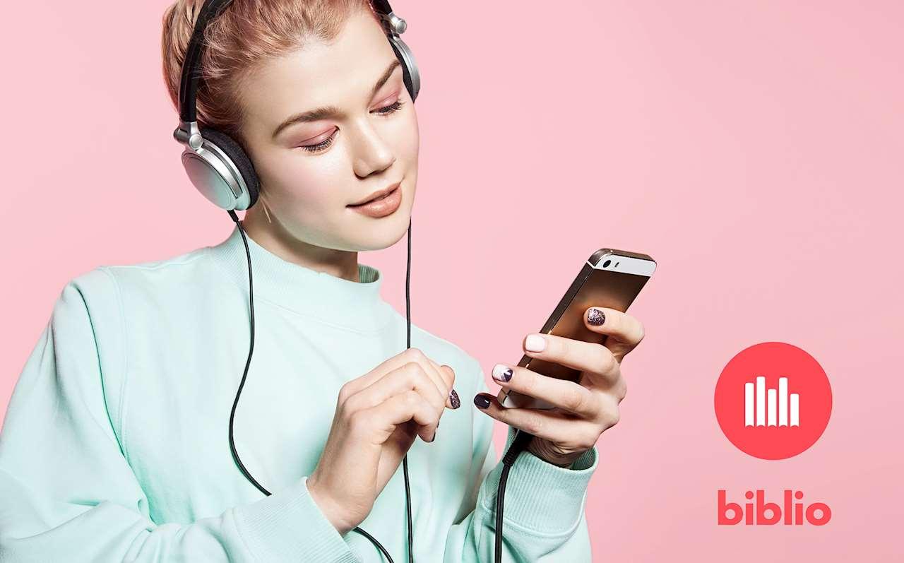 Kvinna med mobiltelefon lyssnar i hörlurar